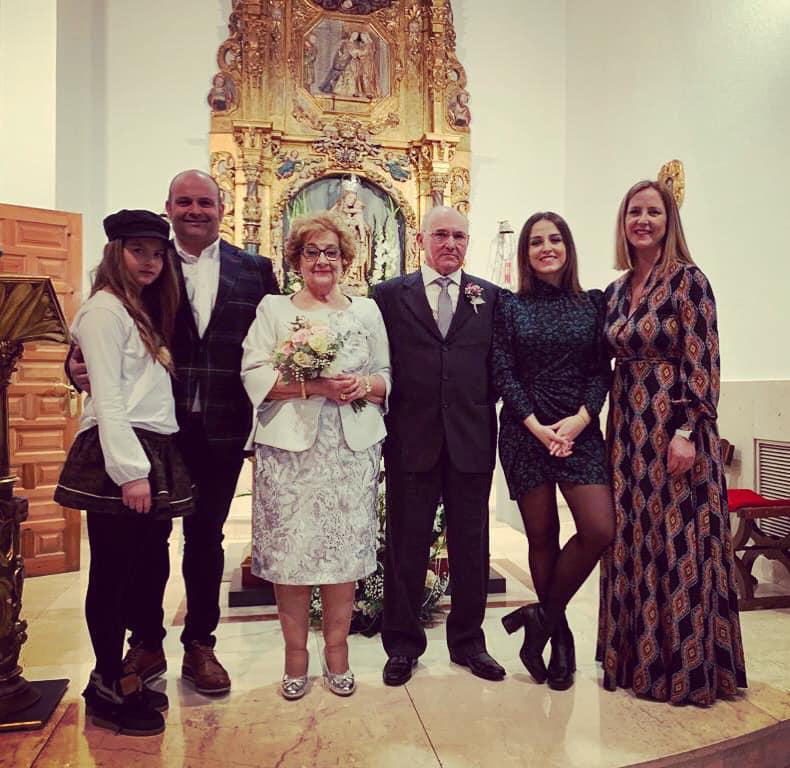 La familia unida en la celebración de los 50 años de su boda